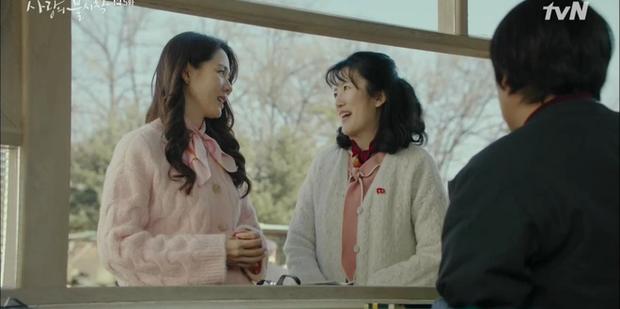 Thấy tài phiệt Son Ye Jin nắm chặt tay trai lạ, Hyun Bin ghen nổ mắt ở tập 5 Tình Yêu Hạ Cánh - Ảnh 7.