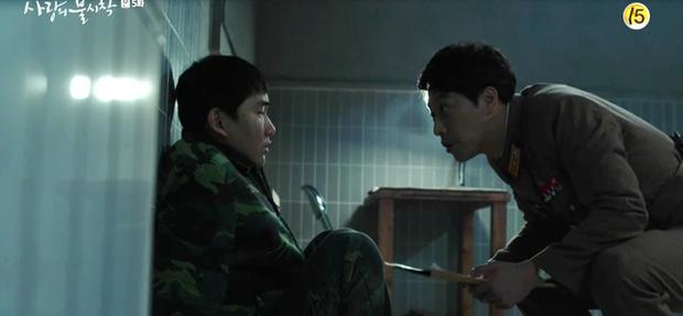 Thấy tài phiệt Son Ye Jin nắm chặt tay trai lạ, Hyun Bin ghen nổ mắt ở tập 5 Tình Yêu Hạ Cánh - Ảnh 4.
