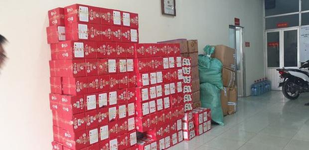 Bắt hơn 1 tấn bánh kẹo, thịt lợn đông lạnh Trung Quốc đang đưa vào ở Hà Nội - Ảnh 1.
