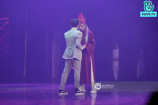 Nguyễn Trần Trung Quân hát nhạc Sơn Tùng, bất ngờ tung teaser Canh Ba hé lộ cảnh kết hôn với Denis Đặng trong fanmeeting tại TP.HCM - Ảnh 2.