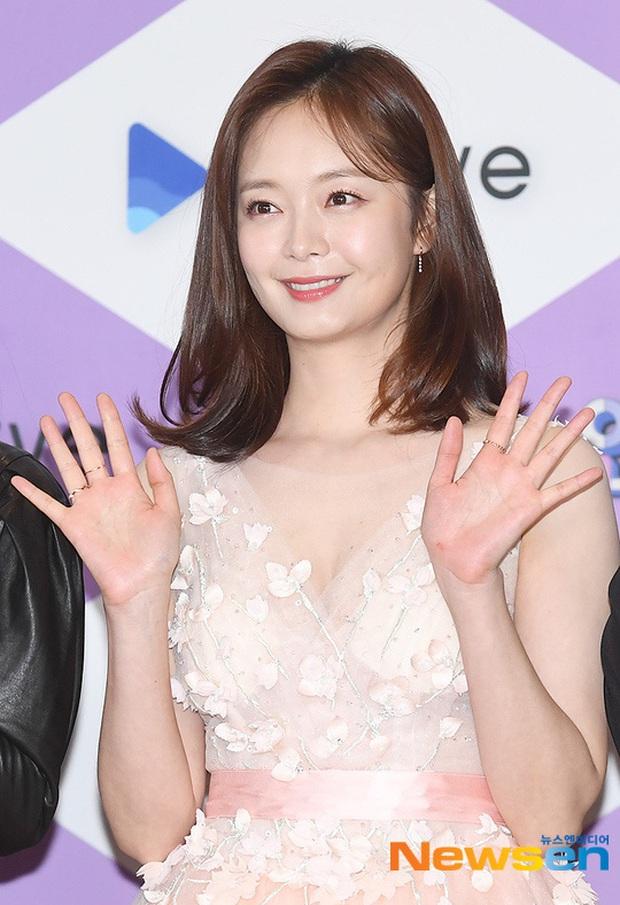 Thảm đỏ SBS Entertainment Awards 2019: Song Ji Hyo sexy khó cưỡng nhưng vẫn bị Somin lấn át, dàn tài tử bảnh bao đụng độ - Ảnh 6.