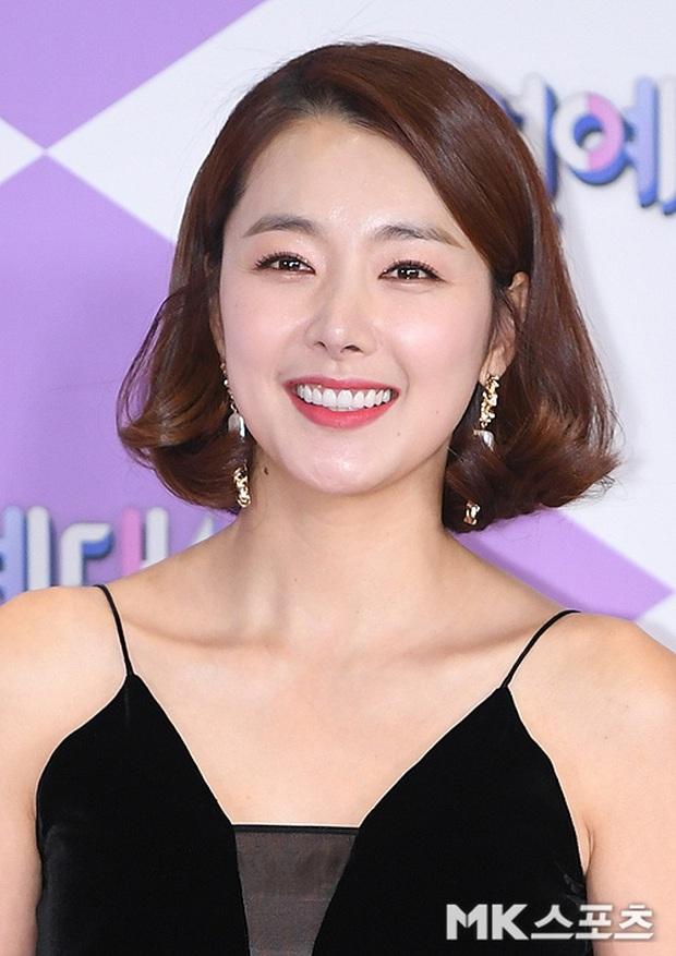 Thảm đỏ SBS Entertainment Awards 2019: Song Ji Hyo sexy khó cưỡng nhưng vẫn bị Somin lấn át, dàn tài tử bảnh bao đụng độ - Ảnh 19.