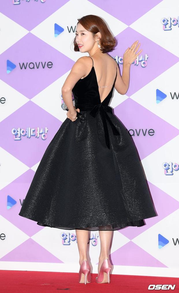 Thảm đỏ SBS Entertainment Awards 2019: Song Ji Hyo sexy khó cưỡng nhưng vẫn bị Somin lấn át, dàn tài tử bảnh bao đụng độ - Ảnh 18.