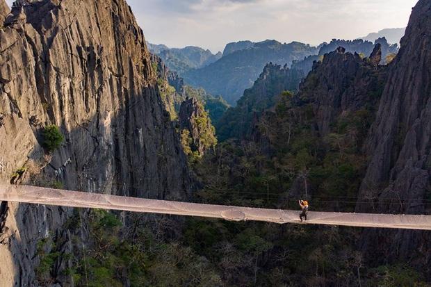 Không thèm chơi cầu kính, ở Lào có hẳn trải nghiệm đi trên lưới qua vực thẳm thách thức các tín đồ ưa mạo hiểm - Ảnh 2.