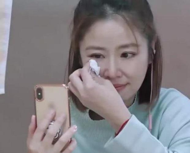 Được nói chuyện với con gái sau thời gian dài xa cách, Lâm Tâm Như khóc nức nở ngay trên sóng truyền hình - Ảnh 2.