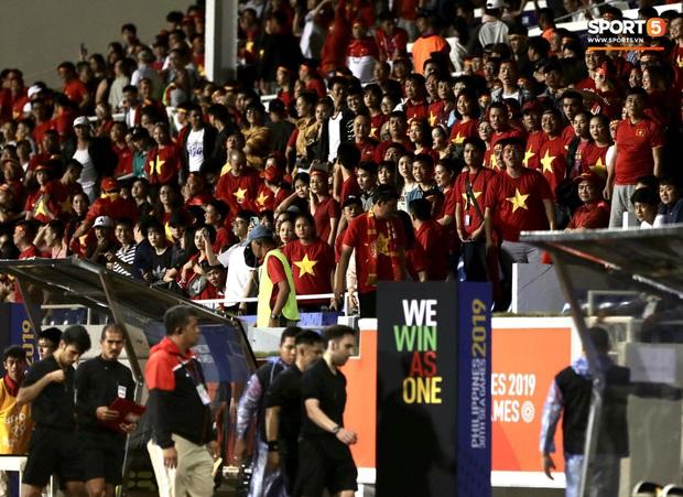 HLV Park Hang-seo lao vào sân, CĐV la ó vì trọng tài cướp trắng quả phạt góc của U22 Việt Nam - Ảnh 14.