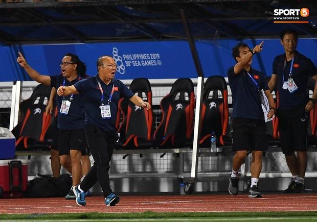 HLV Park Hang-seo lao vào sân, CĐV la ó vì trọng tài cướp trắng quả phạt góc của U22 Việt Nam - Ảnh 7.