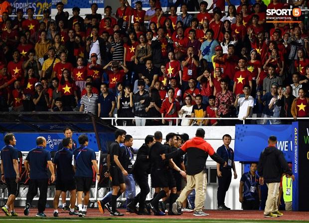 HLV Park Hang-seo lao vào sân, CĐV la ó vì trọng tài cướp trắng quả phạt góc của U22 Việt Nam - Ảnh 13.