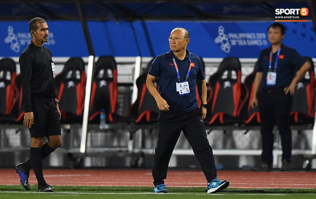 HLV Park Hang-seo lao vào sân, CĐV la ó vì trọng tài cướp trắng quả phạt góc của U22 Việt Nam - Ảnh 10.