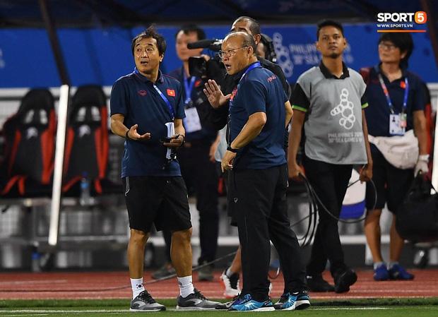 HLV Park Hang-seo lao vào sân, CĐV la ó vì trọng tài cướp trắng quả phạt góc của U22 Việt Nam - Ảnh 9.