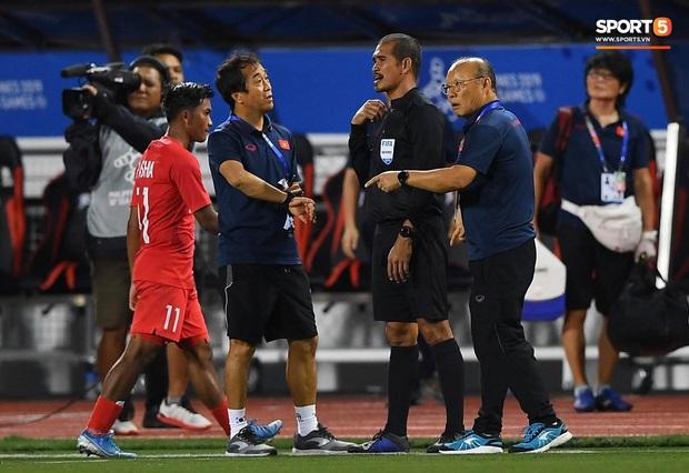 HLV Park Hang-seo lao vào sân, CĐV la ó vì trọng tài cướp trắng quả phạt góc của U22 Việt Nam - Ảnh 8.