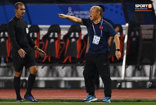 HLV Park Hang-seo lao vào sân, CĐV la ó vì trọng tài cướp trắng quả phạt góc của U22 Việt Nam - Ảnh 5.