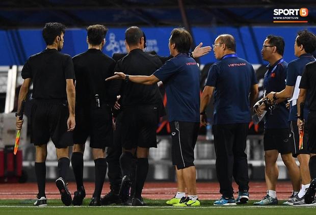 HLV Park Hang-seo lao vào sân, CĐV la ó vì trọng tài cướp trắng quả phạt góc của U22 Việt Nam - Ảnh 11.