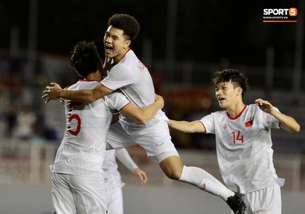 Đức Chinh bất ngờ phải ở lại kiểm tra doping sau khi ghi bàn vào lưới Singapore - Ảnh 2.