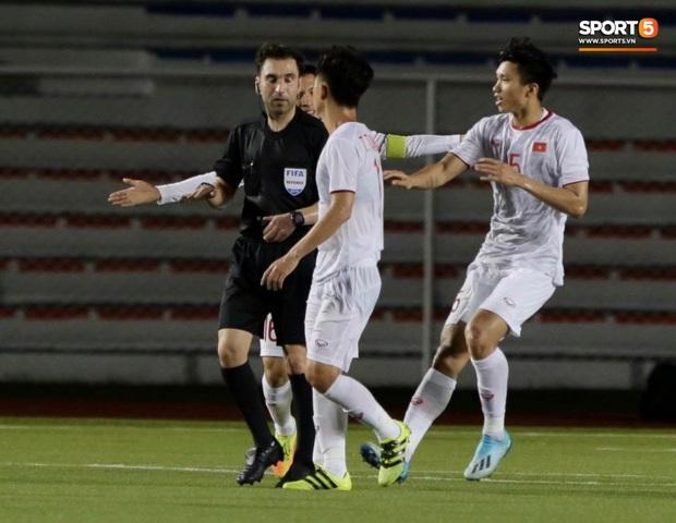 HLV Park Hang-seo lao vào sân, CĐV la ó vì trọng tài cướp trắng quả phạt góc của U22 Việt Nam - Ảnh 3.
