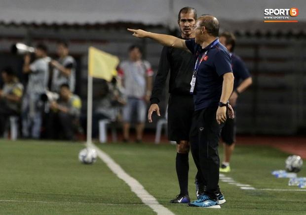 HLV Park Hang-seo lao vào sân, CĐV la ó vì trọng tài cướp trắng quả phạt góc của U22 Việt Nam - Ảnh 6.