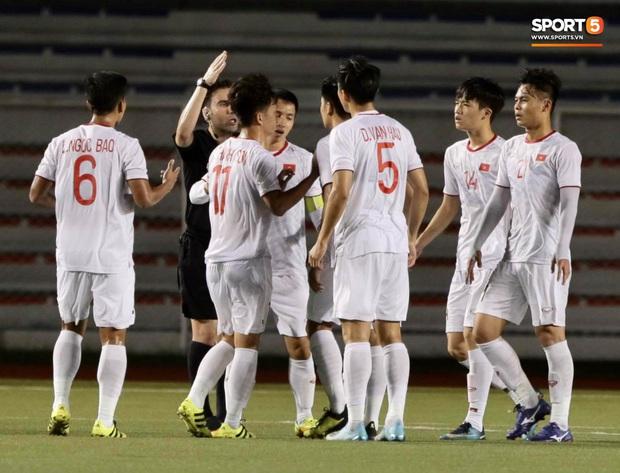 HLV Park Hang-seo lao vào sân, CĐV la ó vì trọng tài cướp trắng quả phạt góc của U22 Việt Nam - Ảnh 4.