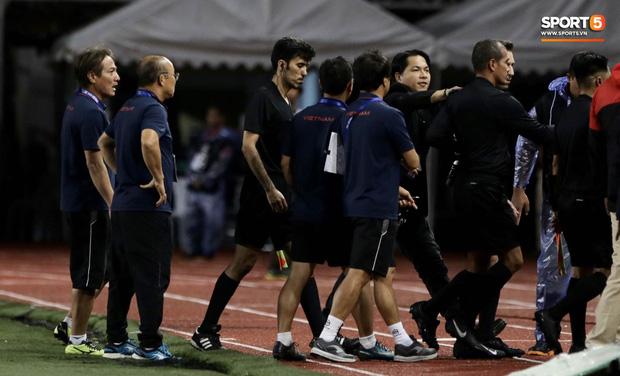 HLV Park Hang-seo lao vào sân, CĐV la ó vì trọng tài cướp trắng quả phạt góc của U22 Việt Nam - Ảnh 12.