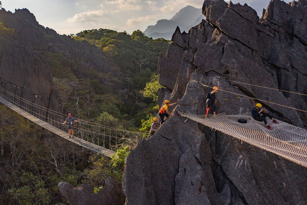 Không thèm chơi cầu kính, ở Lào có hẳn trải nghiệm đi trên lưới qua vực thẳm thách thức các tín đồ ưa mạo hiểm - Ảnh 3.