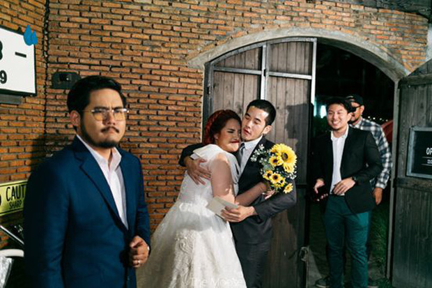 Chú rể méo mặt vì cô dâu mời cả tập đoàn người yêu cũ đến đám cưới lại còn ôm ấp thân mật - Ảnh 2.