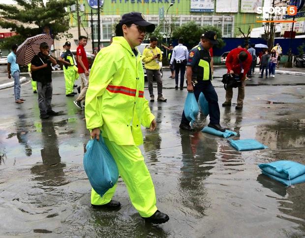 Không hoãn trận U22 Việt Nam đấu U22 Singapore dù trời mưa lớn do cơn bão Kammuri - Ảnh 8.
