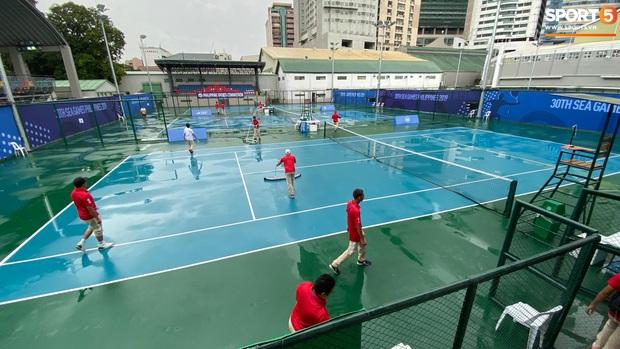 Không hoãn trận U22 Việt Nam đấu U22 Singapore dù trời mưa lớn do cơn bão Kammuri - Ảnh 10.
