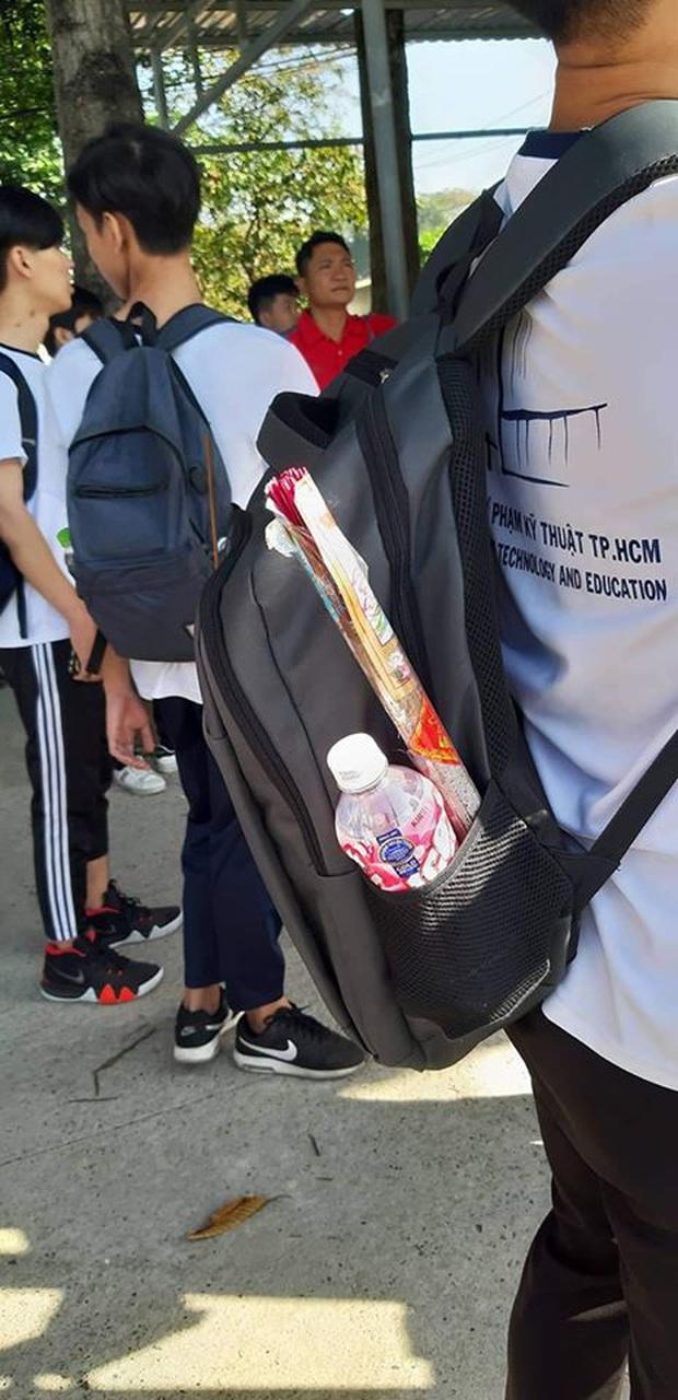 Nam sinh chơi lớn mang vũ khí cực độc vào phòng thi khiến sinh viên toàn trường nhất loạt trầm trồ dù không biết trượt hay đỗ - Ảnh 1.
