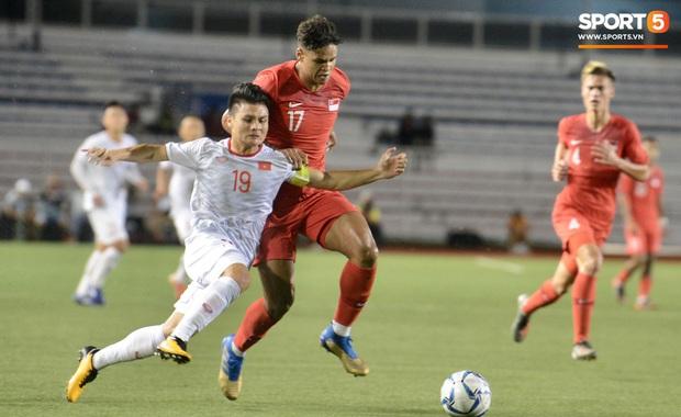 Tìm ra info cầu thủ Singapore va chạm khiến Quang Hải đau đớn rời sân sớm: Chiều cao khủng hơn cả Văn Hậu, có bố là HLV trưởng của đội - Ảnh 1.