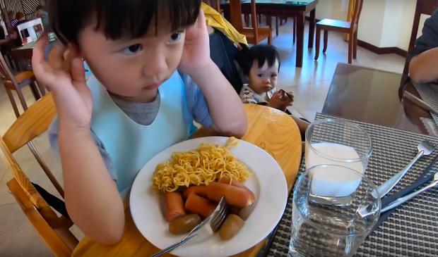 """""""Thương"""" nhất bé Sa trong vlog mới của mẹ Quỳnh Trần: Ra Phú Quốc cả ngày chỉ ăn mì, đến bữa ăn hải sản thì lăn đùng ra ngủ - Ảnh 4."""