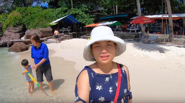"""""""Thương"""" nhất bé Sa trong vlog mới của mẹ Quỳnh Trần: Ra Phú Quốc cả ngày chỉ ăn mì, đến bữa ăn hải sản thì lăn đùng ra ngủ - Ảnh 5."""