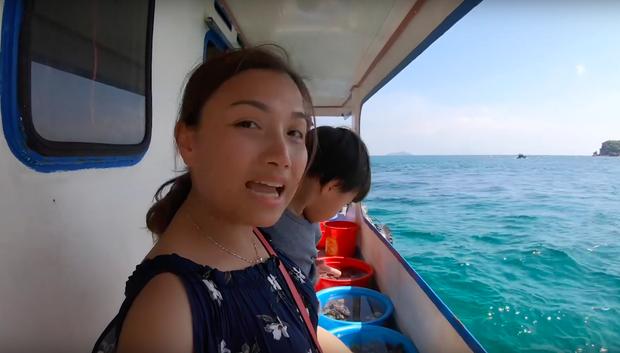 """""""Thương"""" nhất bé Sa trong vlog mới của mẹ Quỳnh Trần: Ra Phú Quốc cả ngày chỉ ăn mì, đến bữa ăn hải sản thì lăn đùng ra ngủ - Ảnh 7."""