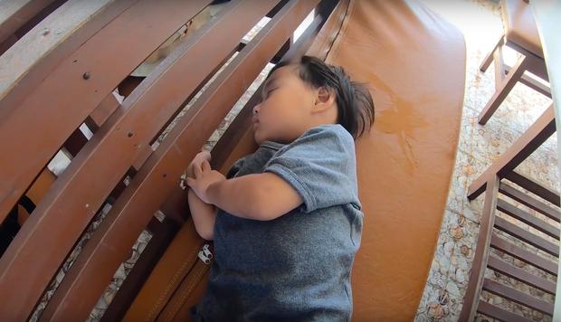 """""""Thương"""" nhất bé Sa trong vlog mới của mẹ Quỳnh Trần: Ra Phú Quốc cả ngày chỉ ăn mì, đến bữa ăn hải sản thì lăn đùng ra ngủ - Ảnh 8."""