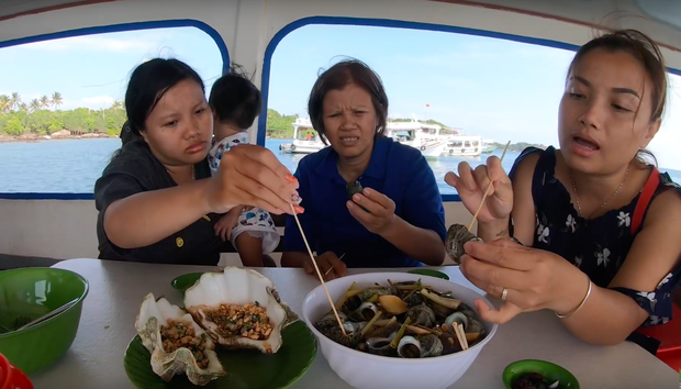"""""""Thương"""" nhất bé Sa trong vlog mới của mẹ Quỳnh Trần: Ra Phú Quốc cả ngày chỉ ăn mì, đến bữa ăn hải sản thì lăn đùng ra ngủ - Ảnh 9."""