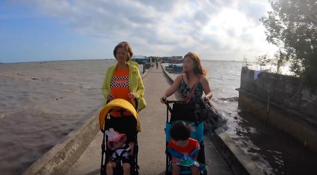"""""""Thương"""" nhất bé Sa trong vlog mới của mẹ Quỳnh Trần: Ra Phú Quốc cả ngày chỉ ăn mì, đến bữa ăn hải sản thì lăn đùng ra ngủ - Ảnh 11."""