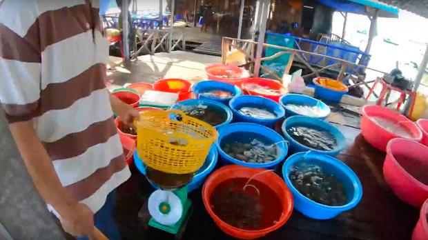 """""""Thương"""" nhất bé Sa trong vlog mới của mẹ Quỳnh Trần: Ra Phú Quốc cả ngày chỉ ăn mì, đến bữa ăn hải sản thì lăn đùng ra ngủ - Ảnh 12."""