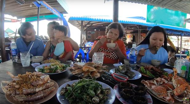 """""""Thương"""" nhất bé Sa trong vlog mới của mẹ Quỳnh Trần: Ra Phú Quốc cả ngày chỉ ăn mì, đến bữa ăn hải sản thì lăn đùng ra ngủ - Ảnh 13."""