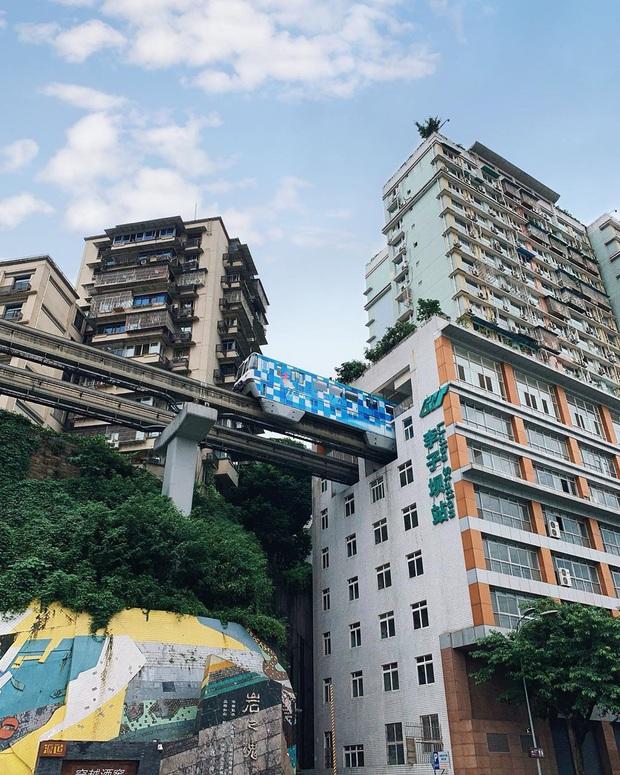 Ga tàu điện chạy xuyên qua chung cư độc nhất thế giới ở Trung Quốc, khách du lịch hôm nào cũng kéo đến check-in nườm nượp - Ảnh 3.