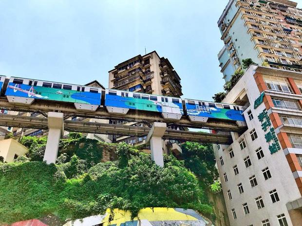Ga tàu điện chạy xuyên qua chung cư độc nhất thế giới ở Trung Quốc, khách du lịch hôm nào cũng kéo đến check-in nườm nượp - Ảnh 11.