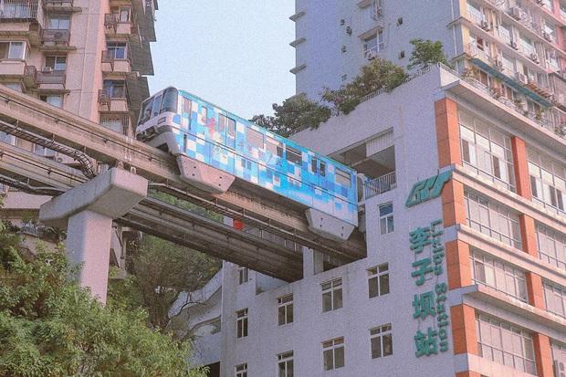 Ga tàu điện chạy xuyên qua chung cư độc nhất thế giới ở Trung Quốc, khách du lịch hôm nào cũng kéo đến check-in nườm nượp - Ảnh 6.
