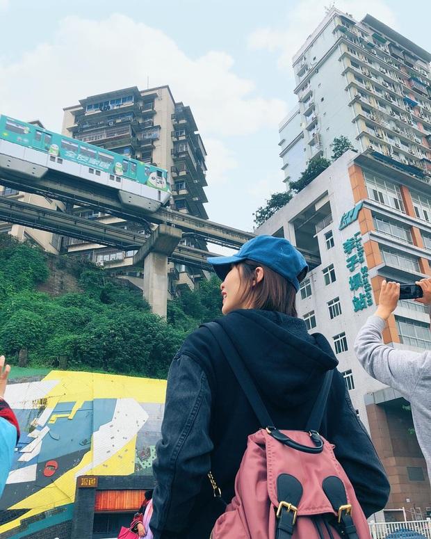 Ga tàu điện chạy xuyên qua chung cư độc nhất thế giới ở Trung Quốc, khách du lịch hôm nào cũng kéo đến check-in nườm nượp - Ảnh 23.