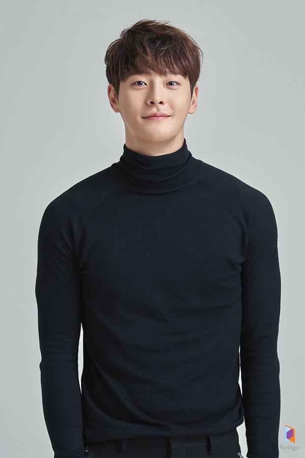 SỐC: Nam diễn viên tân binh 27 tuổi đột ngột qua đời, lại còn vừa ra mắt phim mới cùng Ahn Jae Hyun - Ảnh 1.