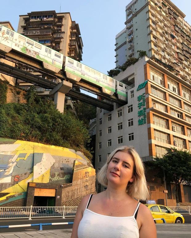 Ga tàu điện chạy xuyên qua chung cư độc nhất thế giới ở Trung Quốc, khách du lịch hôm nào cũng kéo đến check-in nườm nượp - Ảnh 22.