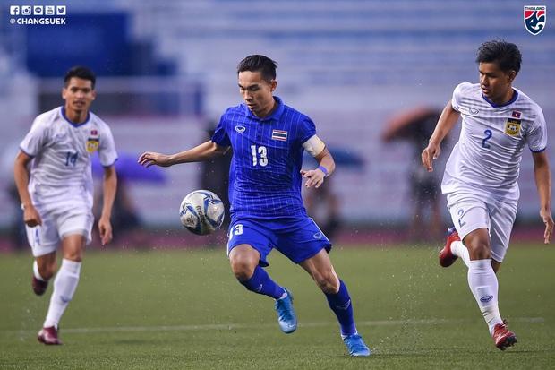U22 Thái Lan 2-0 U22 Lào: Thần đồng tỏa sáng đúng lúc, U22 Thái Lan đánh bại Lào đầy kịch tính trên sân đấu ngập úng - Ảnh 3.