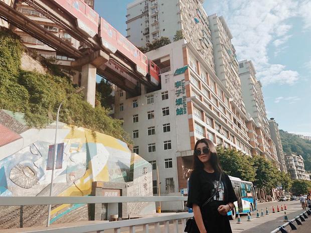 Ga tàu điện chạy xuyên qua chung cư độc nhất thế giới ở Trung Quốc, khách du lịch hôm nào cũng kéo đến check-in nườm nượp - Ảnh 7.