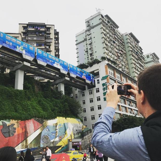 Ga tàu điện chạy xuyên qua chung cư độc nhất thế giới ở Trung Quốc, khách du lịch hôm nào cũng kéo đến check-in nườm nượp - Ảnh 19.