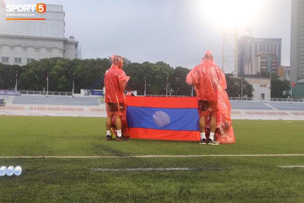U22 Thái Lan 2-0 U22 Lào: Thần đồng tỏa sáng đúng lúc, U22 Thái Lan đánh bại Lào đầy kịch tính trên sân đấu ngập úng - Ảnh 17.