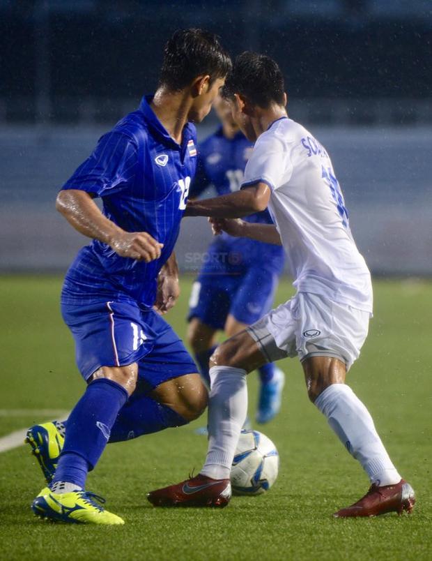 U22 Thái Lan 2-0 U22 Lào: Thần đồng tỏa sáng đúng lúc, U22 Thái Lan đánh bại Lào đầy kịch tính trên sân đấu ngập úng - Ảnh 9.