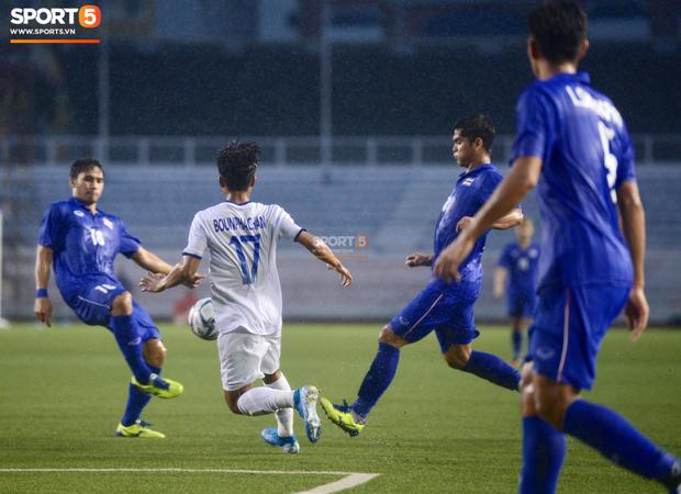 U22 Thái Lan 2-0 U22 Lào: Thần đồng tỏa sáng đúng lúc, U22 Thái Lan đánh bại Lào đầy kịch tính trên sân đấu ngập úng - Ảnh 10.