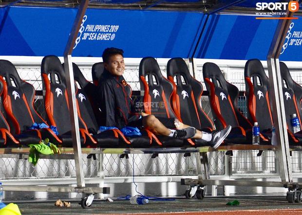 Một mình Quang Hải ăn mừng với ghế dự bị, lặng lẽ ngồi nhìn đồng đội ùa ra sân chung vui với Đức Chinh - Ảnh 5.