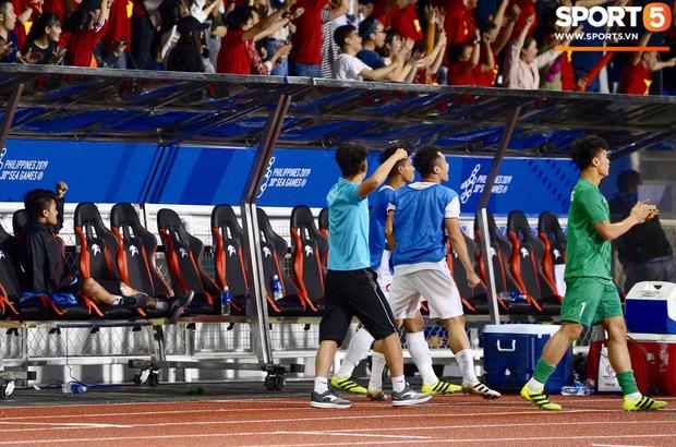 Một mình Quang Hải ăn mừng với ghế dự bị, lặng lẽ ngồi nhìn đồng đội ùa ra sân chung vui với Đức Chinh - Ảnh 3.